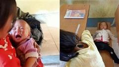 Xót xa bé gái 4 tuổi ở Sơn La phải địu em đến trường, dỗ dành cho ăn rồi lăn ra ngủ trên ghế học