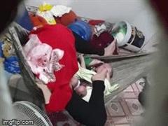 Bình Dương: Công an phá cửa giải cứu 2 bé sinh đôi bị mẹ gào thét, đạp tới tấp vào người