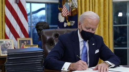 'Nguồn cơn' Tổng thống Biden bất ngờ dừng bán vũ khí cho Saudi, UAE
