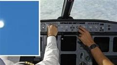 Phi công chạm trán 'đĩa bay' sáng chói lọi giữa trời