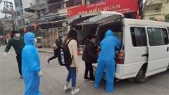 Xe chuyên dụng đưa các trường hợp F1 của bệnh nhân 1553 ở Quảng Ninh đi cách ly
