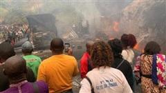 Xe chở xăng dầu tông xe buýt ở Cameroon, 53 người chết trong biển lửa