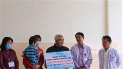 Cháu bé bị bố chém trọng thương ở Đắk Lắk xuất viện, nhà hảo tâm ủng hộ sổ tiết kiệm hơn 1,4 tỷ