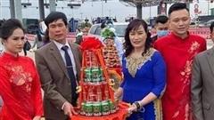 Không vào được Quảng Ninh đón dâu do dịch COVID-19, gia đình đôi bên đã trao lễ ngay tại trạm thu phí