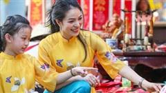 Người dân TP HCM xúng xính áo dài xuống phố du Xuân sớm