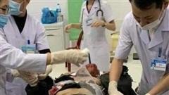 Nghệ An: Một học sinh dập nát bàn tay sau tiếng nổ lớn