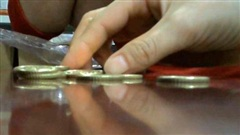 VIDEO: Theo chân PV Báo Gia đình & Xã hội đi tiêu... tiền xu và 'cái kết'