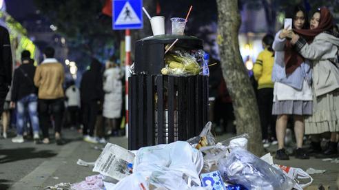 Ảnh: Cảnh tượng ngao ngán sau đêm Countdown ở Hà Nội, rác ngập trắng đường quanh Hồ Hoàn Kiếm