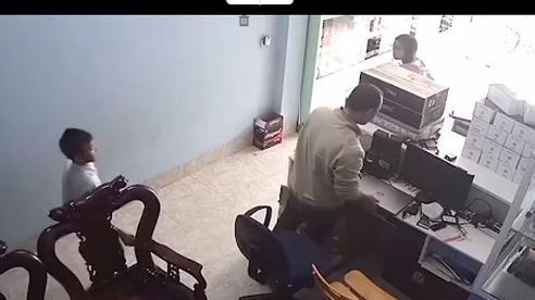 Bố mẹ vừa mở cửa, cậu bé tắt máy tính nhanh như điện xẹt nhưng phản ứng của bố khiến dân tình thán phục: Tuổi gì mà qua được mắt bố!