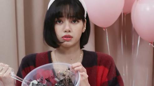 Chiếc bánh kem 'lươn lẹo' để mừng năm mới của Lisa khiến fan cười 3 ngày chưa hết: Nhà có idol mặn thế này cũng mệt!
