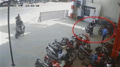 Clip: Dàn cảnh cướp xe máy cực táo tợn trước mặt bảo vệ ở Bình Dương