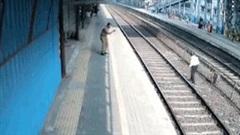 Tiếc chiếc giày, người đàn ông suýt mất mạng khi tàu hỏa lao tới