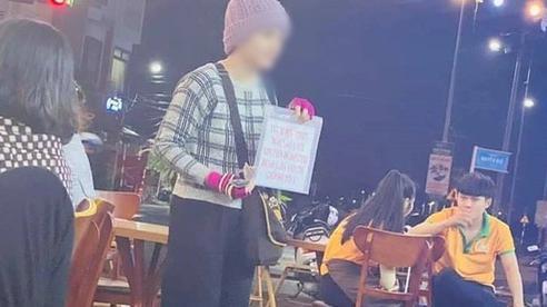 Xôn xao hình ảnh cô gái trẻ cầm biển xin tiền ở Phú Yên khiến dân mạng hoài nghi: Mắc bệnh thật hay đi xin để sắm thêm vàng?