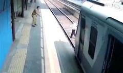 Clip người đàn ông suýt chết khi cố nhặt chiếc giày trên đường ray