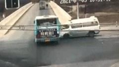 Khoảnh khắc xe cấp cứu tông văng xe buýt xuống sông cạn