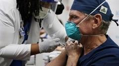 Covid-19: Nữ hoàng Anh tiêm vắc-xin, nhà tang lễ tại Mỹ quá tải
