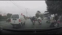 Hà Nội: Hàng loạt xe máy bỗng ngã lăn xuống đường