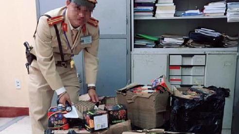 Đặt mua pháo qua mạng, khi shipper đến giao hàng thì giả danh là công an mật để chiếm đoạt