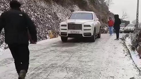 Clip: Siêu xe Rolls Royce 'nổi hứng' đổ đèo băng tuyết khiến các tài xế bên cạnh buộc phải thực hiện hành động 'bó cẩn' này