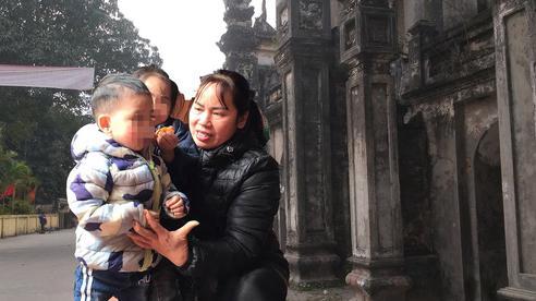 Vụ 2 đứa bé bị 'bỏ rơi' trên đê sông Hồng kèm lời nhắn 'bố mẹ đều chết rồi': Màn kịch để hợp thức hóa việc nhận con nuôi?