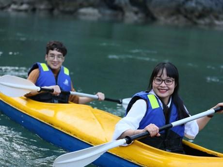 [Photo] Trèo thuyền kayak trên vịnh Lan Hạ tuyệt đẹp giữa mùa Đông