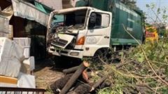 TP.HCM: Xe chở rác đứt phanh lao thẳng vào nhà dân, tông đổ cây