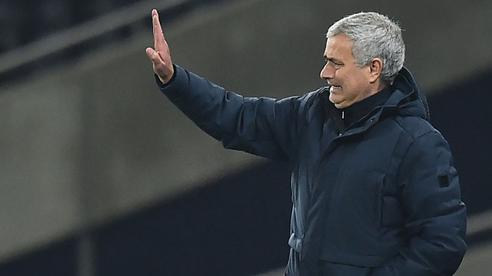 Mourinho thẫn thờ vì mất điểm; Pep Guardiola đe dọa soán ngôi Man United
