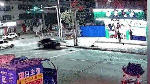 CLIP: Ô tô bất ngờ chồm lên rồi lật ngửa kinh hoàng, phản ứng sau đó của tài xế gây chú ý