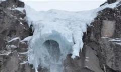 Clip thác băng cao gần 40m đổ sập xuống đám đông bên dưới