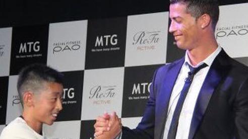 Từng bị đám đông cười nhạo, cậu bé Nhật Bản đổi đời sau lời nói chân thành của Ronaldo