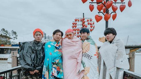 Không tin lời cảnh báo về thời tiết ở Đà Nẵng, nhóm bạn Sài thành phải quấn chăn chụp ảnh giữa cái rét tê tái