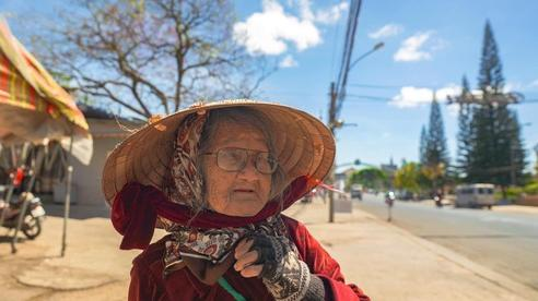 Gặp bà cụ 94 tuổi bán bỏng ngô dạo khắp Đà Lạt: Mỗi bức ảnh là câu chuyện khiến người ta cảm động