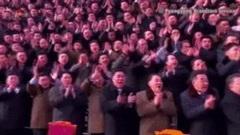 Các đảng viên dự Đại hội Đảng òa khóc khi được chụp ảnh cùng ông Kim