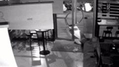 Không thể lách qua khe cửa, tên trộm bị tóm khi đang ngủ trong cửa hàng