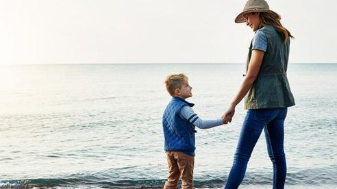 Đang đi thì bị kẻ khác sỉ nhục, mẹ làm 1 việc khiến con bất ngờ, lời giải thích là cách dạy con sâu sắc