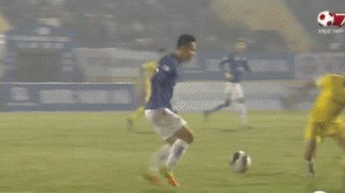 Khoảnh khắc Hùng Dũng bị đạp vào cổ chân nguy hiểm trận Hà Nội FC 0-3 Nam Định