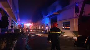 Công ty giày da quận Bình Tân bất ngờ cháy lớn, thiệt hại hàng tỉ đồng