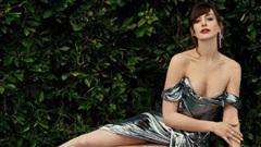 'Yêu nữ thích hàng hiệu' Anne Hathaway khoe vòng 1 gợi cảm khó cưỡng ở tuổi 38