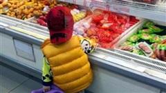 Thấy con trai 4 tuổi tự ý ăn dâu tây trong hộp của siêu thị, bà mẹ vội ngăn lại rồi 'chết sững' khi nghe con nói 1 câu