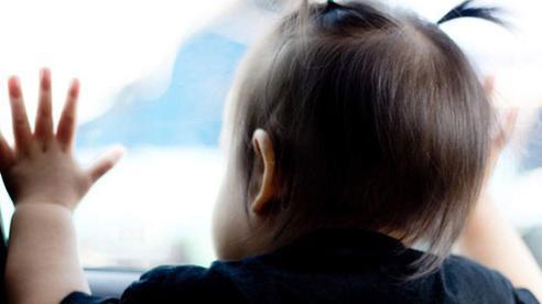 Nghe tiếng con khóc mẹ chủ quan không kiểm tra, 15 phút sau tìm thấy liền ôm con hối hận, tranh cãi nhất là hành động của người bố