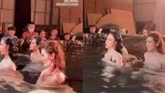 Angela Phương Trinh tung clip hậu trường nhìn như nude bên Tú Anh, soi xuống body dưới làn nước là đủ 'mất máu'