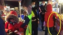 Người phụ nữ vác súng trường đi dạo khiến cả chợ đêm náo loạn, đến khi bị bắt mới giải thích nguyên nhân khiến ai cũng chưng hửng