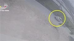 Clip: Ô tô vượt ẩu húc bay nữ sinh xuống ruộng rồi rồ ga bỏ chạy khiến nhiều người căm phẫn