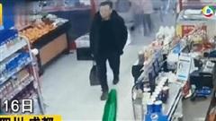 Người đàn ông 'não cá vàng' mua 3 gói giấy ăn rồi vứt lại chiếc túi dứa bí ẩn, nhân viên siêu thị bị sốc khi nhìn thấy thứ bên trong
