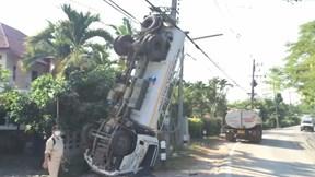 Mất lái khi vào cua gấp, xe bồn 'trồng chuối' vào cột điện