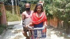 Cô gái Ấn Độ đạp xe 1.200km chở bố về quê, giờ ra sao?