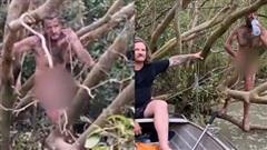 Đi câu vùng đầm lầy bắt gặp gã khỏa thân vắt vẻo trên cây, 2 người đàn ông ngỡ đụng mặt thổ dân nào ngờ mọi chuyện gay cấn hơn nhiều
