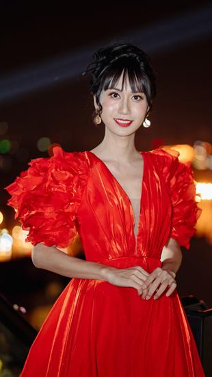 Lynk Lee diễn thời trang trên tầng thượng, diện đầm đỏ rực rỡ
