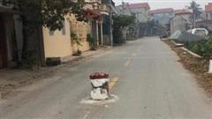 Hết hồn 3 chiếc cọc dựng vô duyên giữa đường chẳng khác nào đặt bẫy