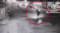 Clip: Tông trúng 'chiếc bẫy' chình ình giữa đường, nam thanh niên gặp tai nạn kinh hoàng khiến cả người và xe lộn 3 vòng